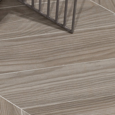 Complementing the Shadebox Program, Shadewood has a contemporary, neutral color palette in a trendy chevron size.